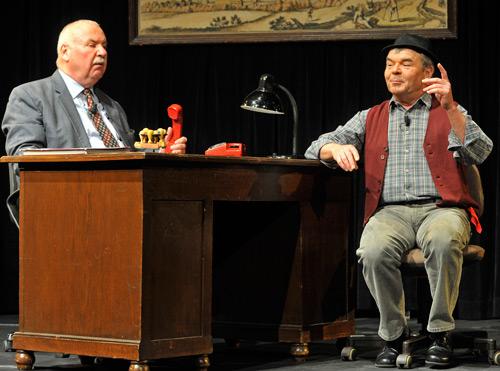 Nicht immer einer Meinung: Hannes und der Bürgermeister. Foto: Braig Productions