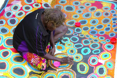 Aboriginal Art gibt es beim Tag der offenen Tür in der Galerie Artkelch. Foto: Spinifex Arts Project