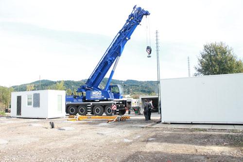 Mit einem Kran werden die etwa 3 Tonnen schweren Study-Homes auf ihre endgültige Position gebracht. Was auf dem Bild so nicht zu sehen ist: Die Studenten haben hier sogar Münsterblick.