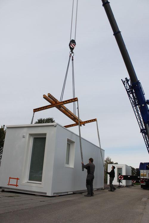Mit viel Sorgfalt bringen die Mitarbeiter der Kramer AG die Seile an den Containern an. Immerhin 25.000 Euro kostet ein vollausgebautes Wohnmodul in der Anschaffung.
