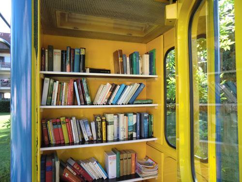 Eine Telefonzelle voll Bücher findet man auf dem Gutshofin Umkirch