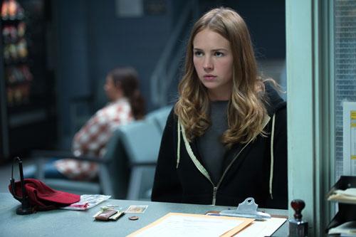 Casey (Britt Robertson) gelangt scheinbar durch Zufall an eine geheimnisvolle Anstecknadel.
