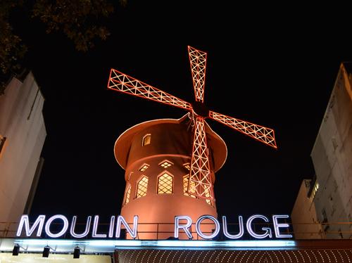 Das 1889 erbaute, weltberühmte Kabarett Moulin Rouge bei Nacht befindet sich im Pariser Rotlichtviertel  Pigalle.