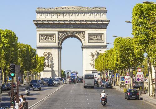 Die Champs-Élysée und der Arc de Triomphe – die berühmteste Allee von Paris hat eine Länge von über 1910 Meter.