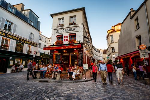 """Montmartre gehört zu den beliebtesten Reisezielen in Paris, das """"Le Consulat"""" ist ein typisches Café."""