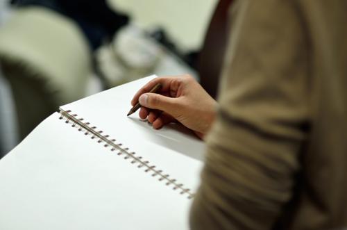 Aktzeichnen mit Stift & Papier.