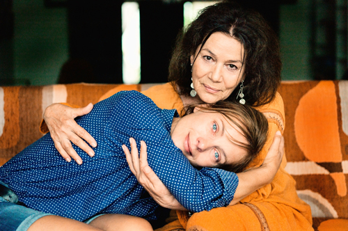 So innig sieht man Mutter (Hannelore Elsner, oben) und Tochter Apple (Nadja Uhl) selten.