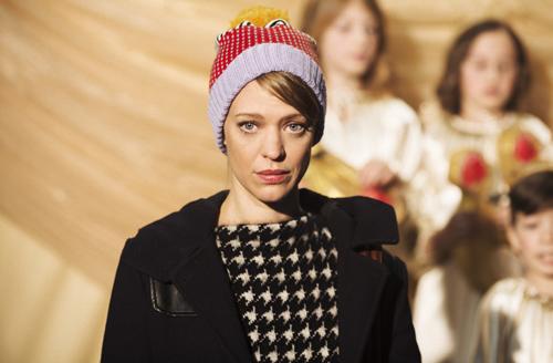 Ihre Familie ist zerbrochen. Wie kann Clara (Heike Makatsch) ein erträgliches Weihnachten feiern?