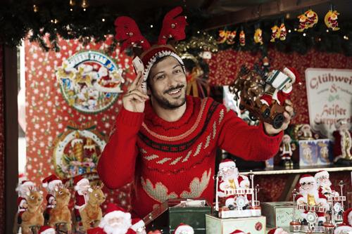 Kerem (Fahri Yardim) muss dringend Geld verdienen, damit wenigstens Geschenke unterm Baum liegen. Seinen Job hat der junge Familienvater verloren - was jedoch niemand erfahren soll.