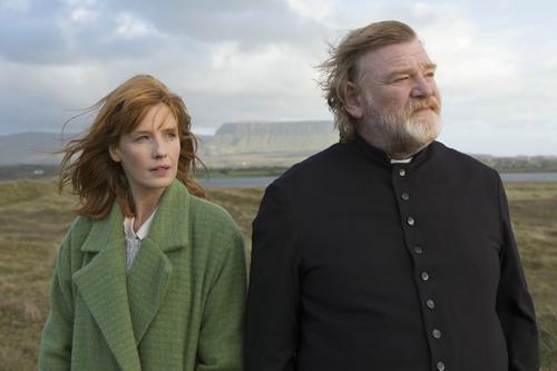 Pater James Lavelle (Brendan Gleeson), seine zartbesaitete Tochter Fiona (Kelly Reilly) und die wildromantische irische Landschaft sind fast die einzigen Lichtblicke in dieser rabenschwarzen Tragödie.