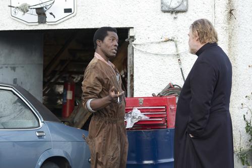 Auch der Gastarbeiter Simon (Isaach De Bankolé) ist ein verlorenes Schäfchen der Gemeinde des Pfarrers James Lavelle (Brendan Gleeson, rechts).