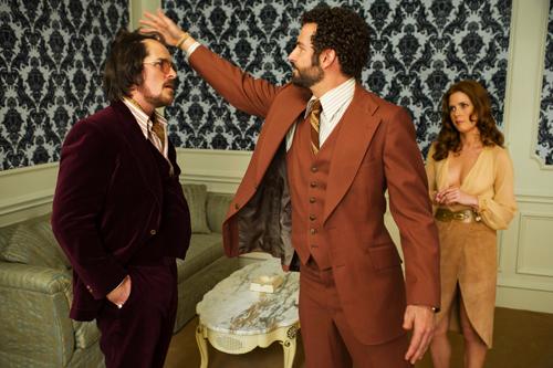 Ein netter Kerl ist FBI-Agent Richie DiMaso (Bradley Cooper, rechts) nicht. Irving (Christian Bale) und Sydney (Amy Adams) müssen dem cholerischen Spinner trotzdem helfen.
