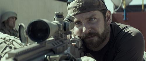 """""""Das Böse"""" fest im Blick: Chris Kyle (Bradley Cooper) ist eine Tötungsmaschine."""