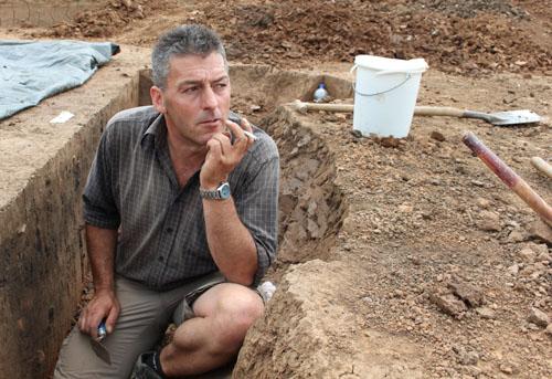 Andreas Groß bei seiner Pause an der Grabungsstelle.