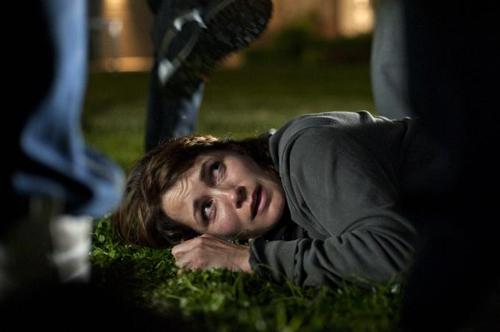 Kein Erbarmen, kein Entkommen: Anna (Anja Kling) liegt am Boden und muss Schläge und Tritte über sich ergehen lassen.