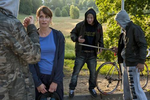 """Sekunden vor dem feigen Angriff: Anna - gespielt von Anja Kling - ist ihren Peinigern hilflos ausgeliefert. """"Kinder, die gewalttätig werden, kommen oft aus zerrütteten, sozial schwachen Familien"""", ist sich die Schauspielerin sicher."""