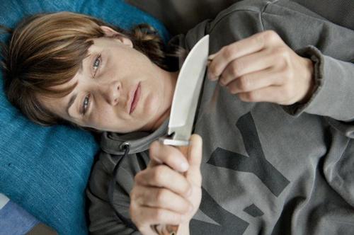 """Anja Kling als traumatisiertes Gewaltopfer im ZDF-Film """"Kein Entkommen"""". Die Schauspielerin ist """"überzeugt davon, dass man so ein Erlebnis ohne professionelle Hilfe überhaupt nicht verarbeiten kann""""."""