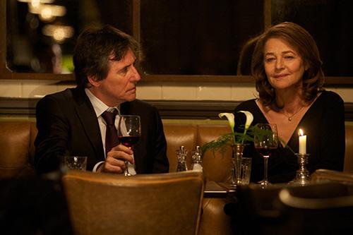 Szene mit Gabriel Byrne und Charlotte Rampling.