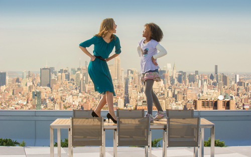 Zum Knutschen: Grace (Rose Byrne) und Annie (Quvenzhané Wallis) tanzen fröhlich über den Dächern New Yorks.
