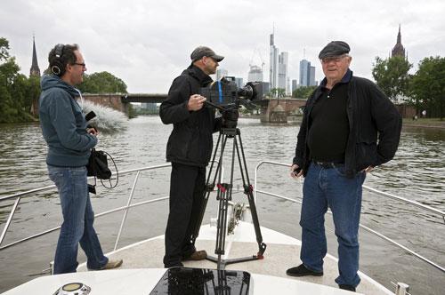 Armin Maiwald (rechts) ist mit Kameramann Kai von Westerman (Mitte) und Tonmeister Peter Torringen auf Kurs Richtung Frankfurt.