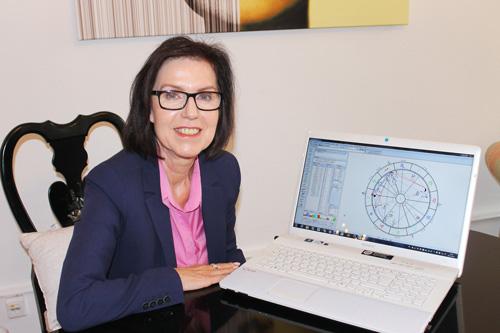 Gabriele Danners ist Astrologin sowie zertifizierte Hypnotiseurin und Heilpraktikerin für Psychotherapie