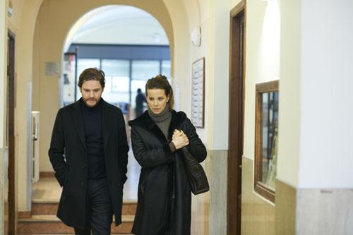 Thomas (Daniel Brühl) soll einen Film über einen Mord an einer Austauschschülerin in Siena drehen: Bei der Recherche hilft ihm die Journalistin Simone (Kate Beckinsale).