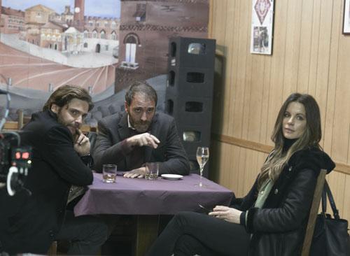 Der Verschwörungstheoretiker Edoardo (Valerio Mastandrea) hat eine spezielle Sicht auf den Fall, die er Thomas (Daniel Brühl) und Simone (Kate Beckinsale) erläutert.