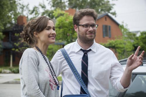 Kelly (Rose Byrne) und Mac (Seth Rogen) sind nicht sonderlich erfreut, dass ihre neuen Nachbarn feierwütige Studenten sind.