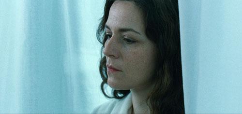 Martina Gedeck spielt im Film eine Kriminalpsychologin, die sehr bald merkt, dass mit der Familie des jungen Opfers etwas nicht stimmt.