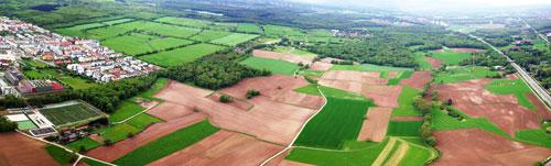Bauland: Zwischen dem Rieselfeld (links) und dem Zubringer Mitte könnte bald der neue Stadtteil Dietenbach entstehen. Zuvor aber müssen auch hier raumgreifende Probleme gelöst werden: Womöglich durch Zwangsenteignungen.