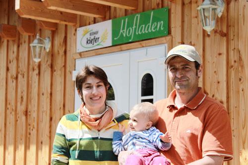 Noch gut gelaunt : Ulrike und Ottmar Kiefer mit Tochter Juliane vorm Hofladen.
