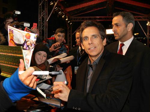Bei der Premiere in Berlin schrieb Ben Stiller fleißig Autogramme.