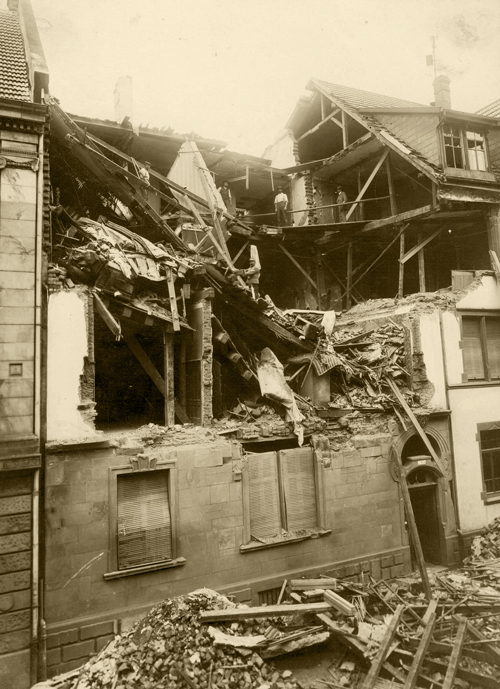 Beschädigtes Haus in der Rosa-straße nach einem Bombenangriff (M 7061)