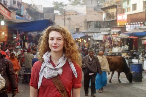 Kati (Anna Maria Sturm) sucht in Indien nach Jo.