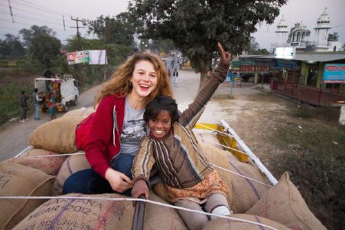 In Indien übernimmt Kati (Anna Maria Sturm) Verantwortung für ein kleines Mädchen.