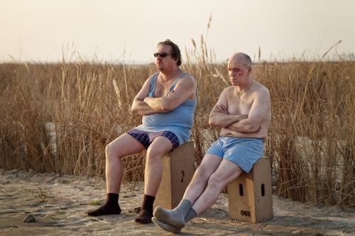 Walter (Heinz-Josef Braun, rechts) und Hubert (Andreas Giebel) kommen in Indien nicht ganz so gut zurecht.