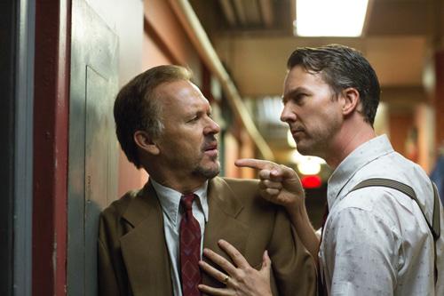 Riggan (Michael Keaton, links) hat den unberechenbaren Kritikerliebling Mike Shiner (Edward Norton) angeheuert, der ihm erst die Vorpremiere sabotiert und dann die Show stiehlt.