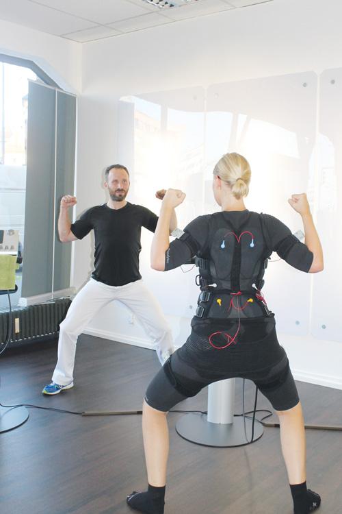 Unter Strom: chilli-Redakteurin Tanja Bruckert mit Trainer Kalle Steege beim Workout.