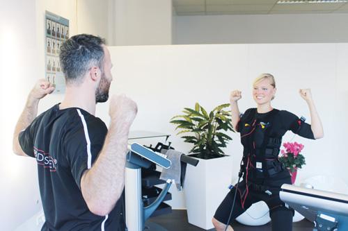 Konzentriert macht Kalle Steege die einfachen Übungen vor, die erst mit Elektrostimulation so richtig anstrengend werden.