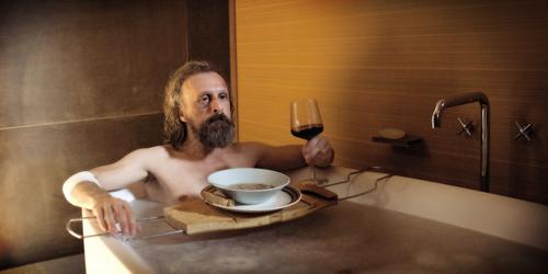 Borgman (Jan Bijvoet) bekommt etwas zu Essen und das gewünschte Bad. Er bleibt und vielleicht soll er gar nicht gehen.