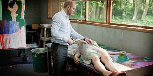 Liebesspiel oder mehr? Bizarre Szene zwischen Marina (Hadewych Minis) und ihrem jähzornigen Mann (Jeroen Perceval) im Atelier des Hauses.