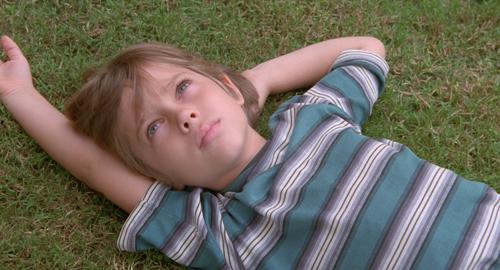 Der sechsjährige Mason (Ellar Coltrane) blickt in den Himmel und der Zuschauer schaut wie verzaubert zu.