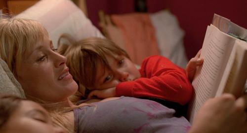 Je nachdem welchen Harry-Potter-Band Olivia (Patricia Arquette) gerade ihren Kindern Mason (Ellar Coltrane) und Sam (Lorelei Linklater) vorliest, weiß das Publikum, in welchem Jahr man sich gerade befindet.