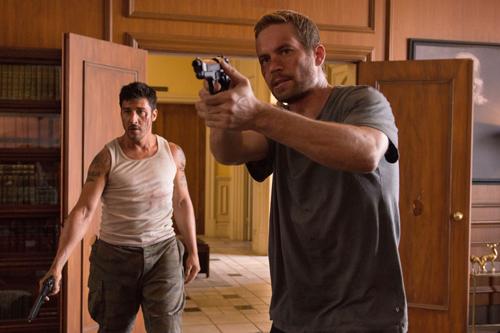 Cop Damien (Paul Walker, rechts) und Ex-Häftling Lino (David Belle) nehmen die Verteidigung von Recht und Gerechtigkeit selbst in die Hand.