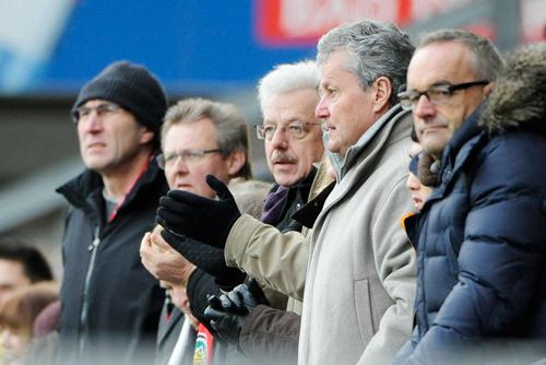 Klatscht auch für Stadttöchter Beifall: Otto Neideck (dritter von links), hier auf der Haupttribüne beim SC Freiburg.