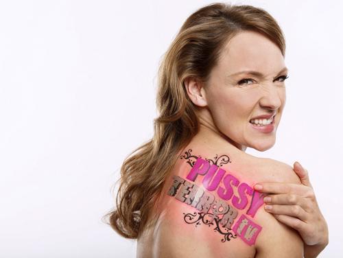 """In ihrer WDR-Show """"PussyTerror TV"""" widmet sich Carolin Kebekus gemeinsam mit ihren prominenten Gästen schonungslos und trotzdem charmant den Ereignissen der vergangenen Wochen, Tabubrüche inklusive."""