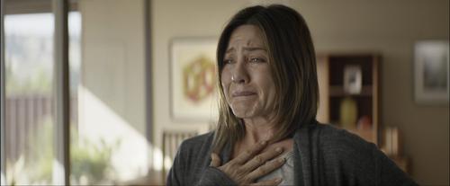 Claire (Jennifer Aniston) erblickt auf einem Foto, was sie verloren hat.