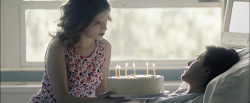 Die tote Nina (Anna Kendrick) erscheint Claire (Jennifer Aniston) im Krankenhaus.