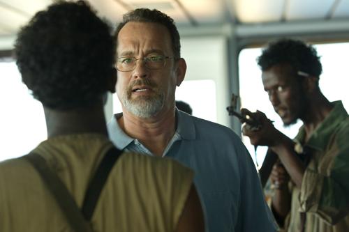 """""""Wenn ihr jemanden erschießt, dann mich"""", entgegnet Captain Phillips (Tom Hanks, Mitte) den Piraten."""