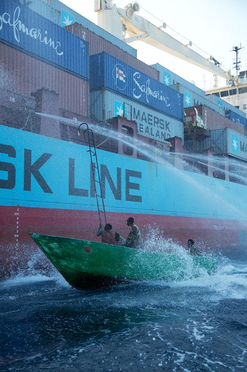 Es gelingt den ehemaligen Fischern, sich Zugang zum Schiff zu verschaffen.